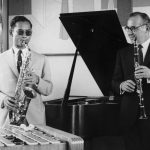 Король Таиланда Пхумипон Адульядет играет на саксофоне